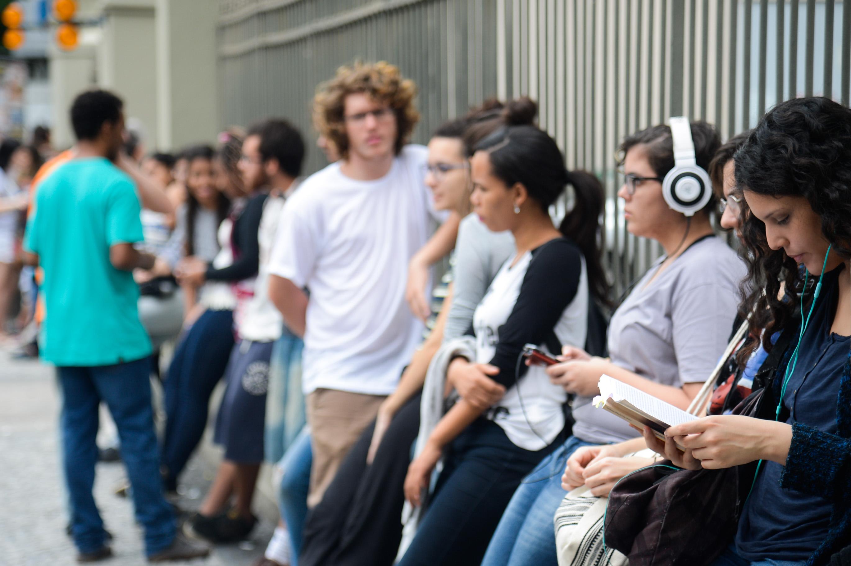 Estudantes aguardando para entrar no local de prova. (Reprodução/Agência Brasil)