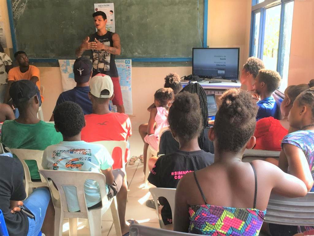 Comunidade Kalunga, localizada no município de Cavalcante, a internet via satélite foi instalada na Escola Estadual Calunga I (Reprodução/Secom Goiás)
