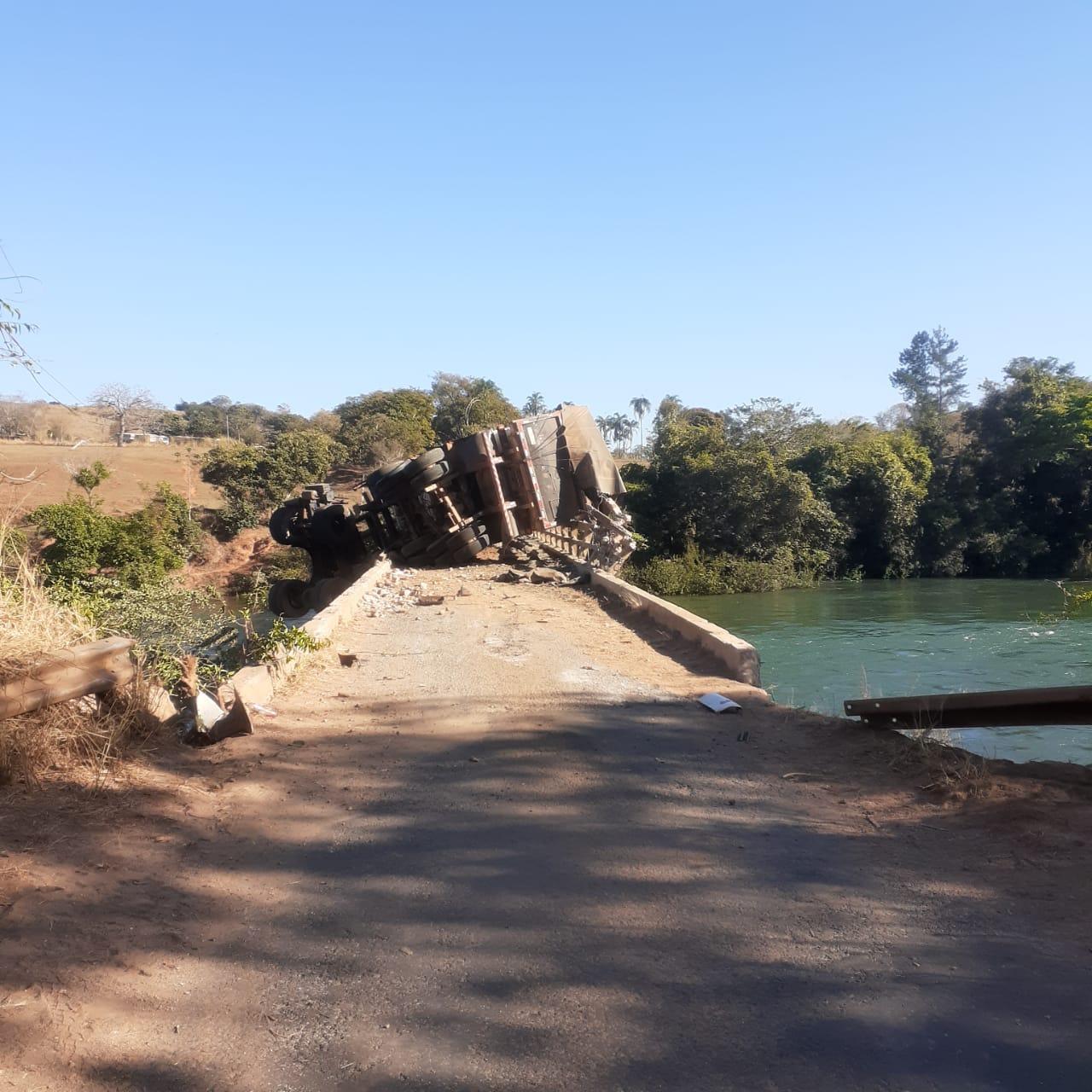 Carreta pendurada no meio da na ponte do Rio São Marcos, na GO-210, entre os municípios de Catalão e Davinópolis (Foto: Leonardo Machado)