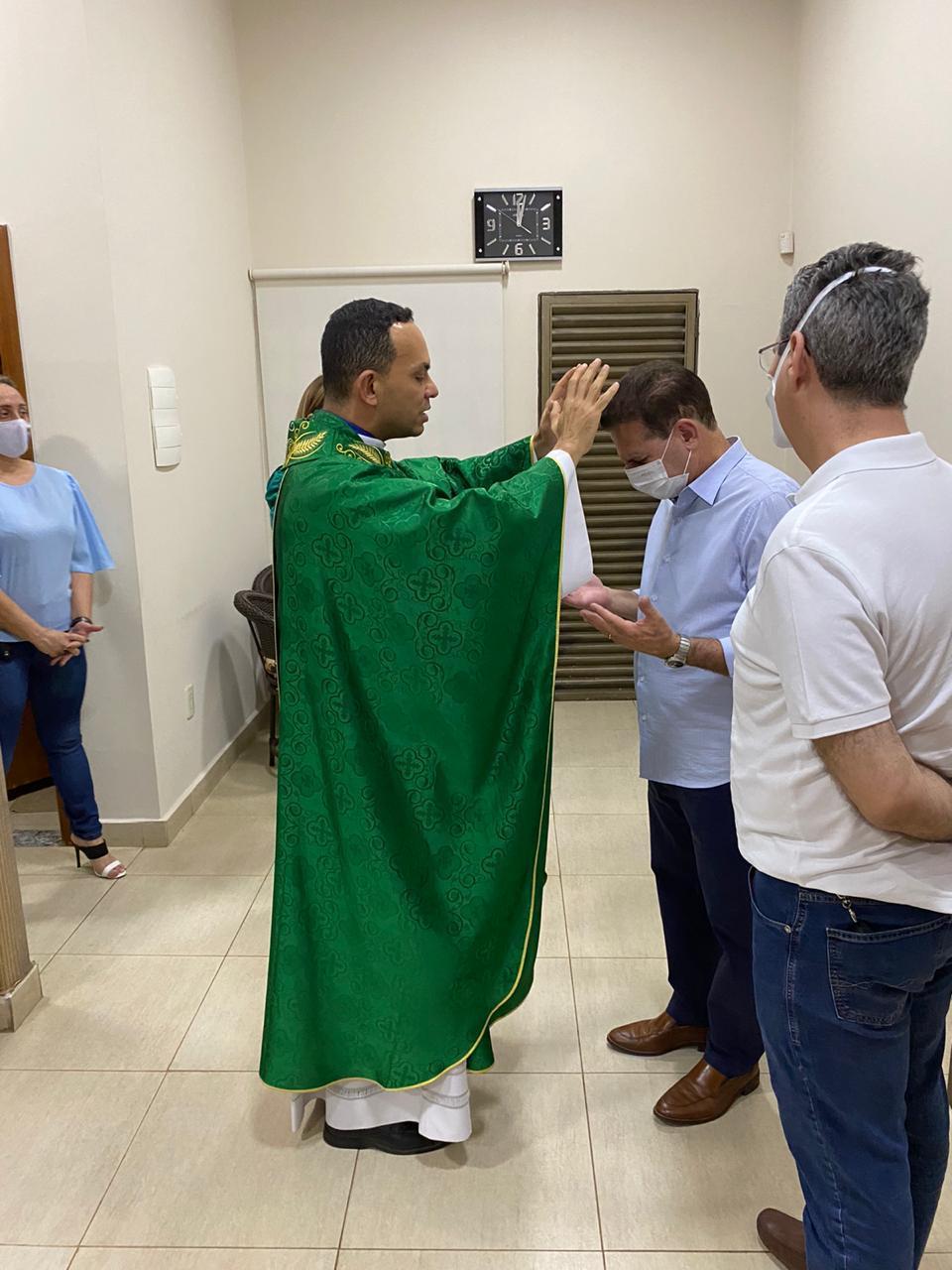 Vanderlan recebendo as bençãos pelo Padre Marcos (Reprodução)