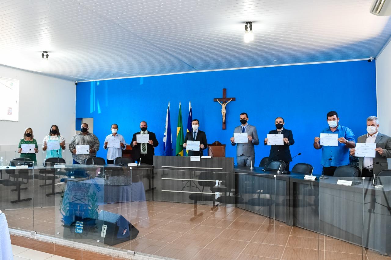 Parlamentares da nova legislatura com o prefeito João Rios apresentando respectivos diplomas para posse (Sdnews)
