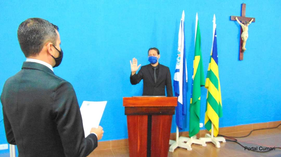 Rafael prestando juramento a Hernany na Câmara Municipal de Vereadores(Reprodução)
