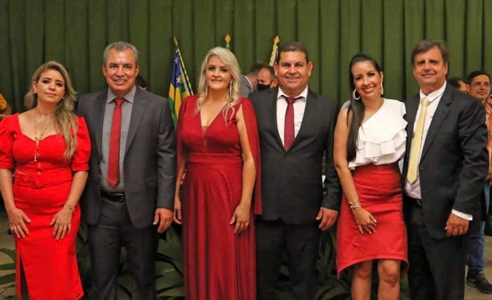 Cebinha e sua esposa Ana Lucia, o vice Nelci e a esposa Regilaine recebendo a transmissão de cargo deOnofre e Vivian (Reprodução Rede Social)