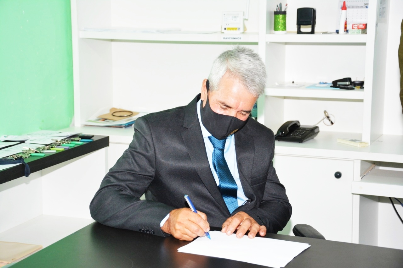 Gilmar Pereira assinando novo decreto de medidas preventivas ao coronavírus (Sdnews)