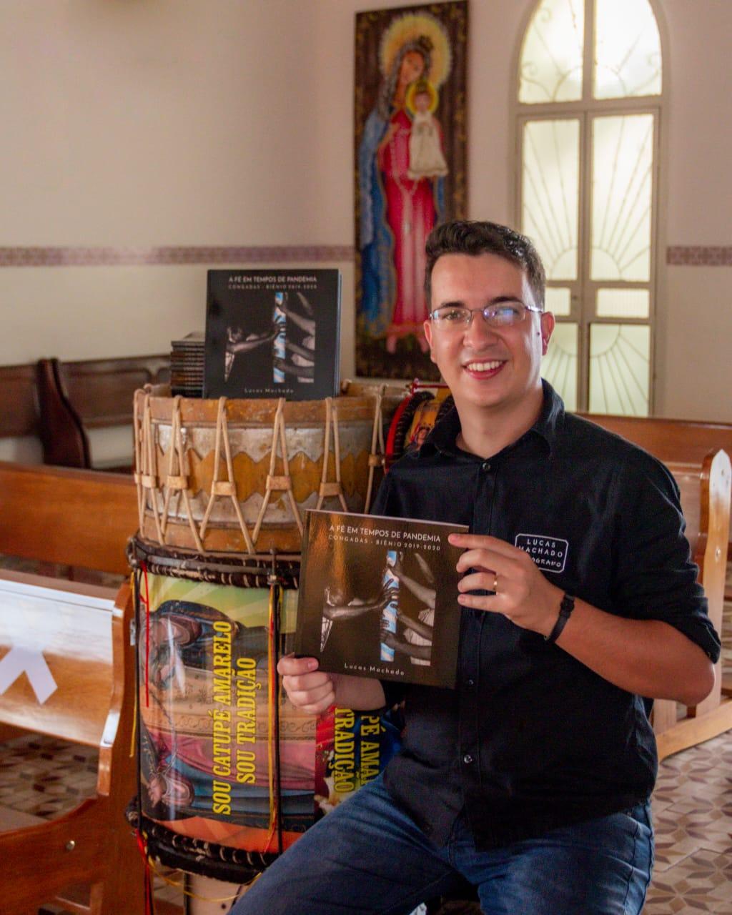 A obra literária A Fé em Tempos de Pandemia: Congadas Biênio 2019-2020 de Lucas Machado será lançada na noite do próximo dia 24/3 em live pelas redes sócias ás 20 hs