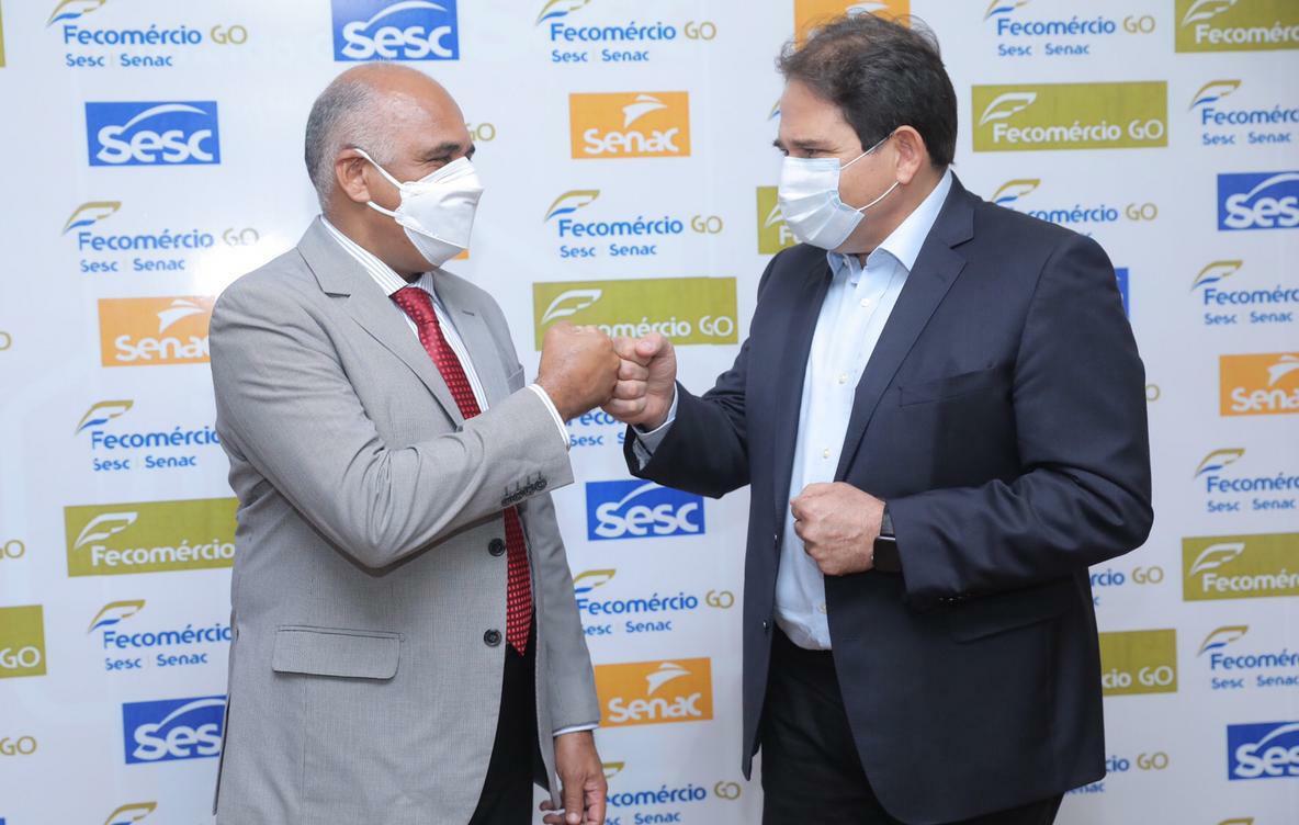 O prefeito de Goiânia Rogério Cruz e o presidente do Sistema Fecomércio Sesc/Senac, Marcelo Baiocchi firmando a iniciativa da qualificação pelo SENAC