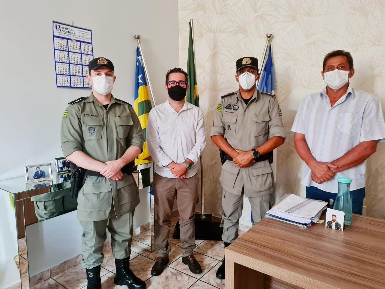 No Gabinete, Júnior Marreco e o presidente da Câmara Jerry Faleiros recebendo o o comandante do 18º BPM, Maj. J. Junior e o Ten. Lucas Fernandes