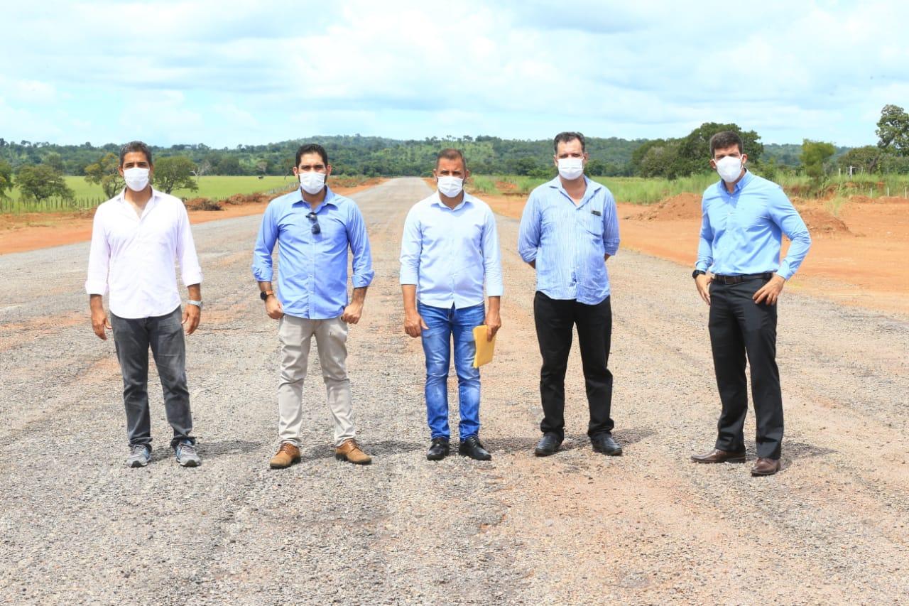 Vice-governador Lincoln Tejota e presidente da Goinfra, Pedro Sales, vistoriam aeroporto de Crixás e discutem parcerias que prevêm balizamento noturno para o local (Fotos: André Costa)