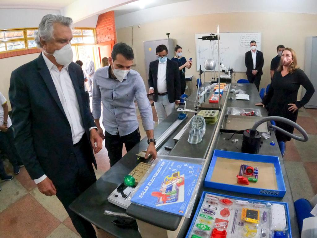 Governador Ronaldo Caiado durante visita ao Centro de Ensino em Período Integral (Cepi) Luís Perillo, em Goiânia, conheceu estrutura de laboratórios que será disponibilizada em 86 unidades da rede est