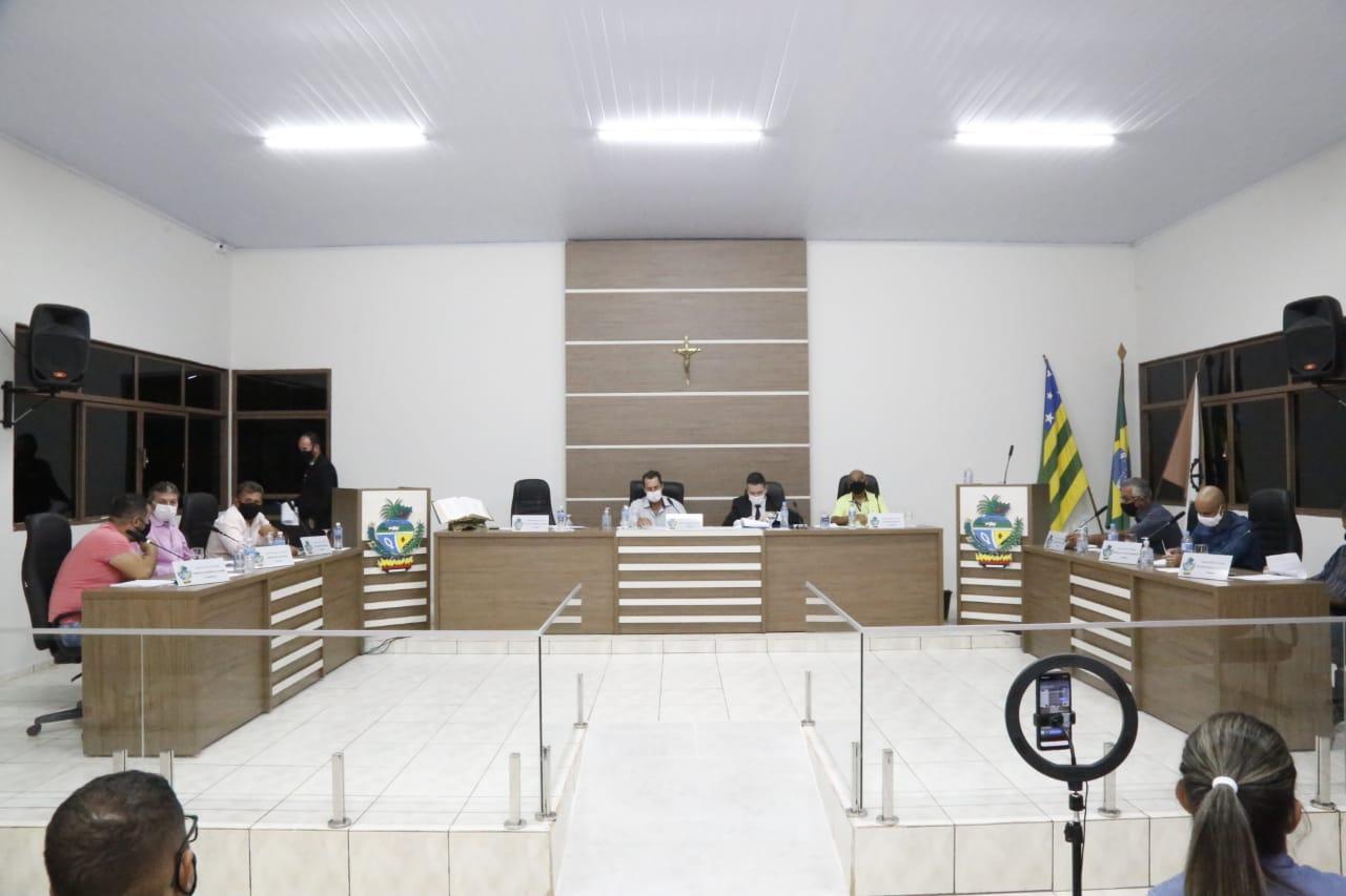 Parlamentares ouvidorenses em apreciação da pauta da 5ª sessão ordinária da Câmara Municipal de Vereadores (Foto: Ciro Araújo)
