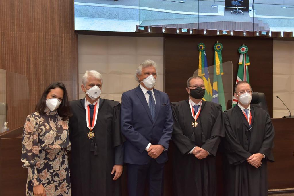 Durante posse dos novos desembargadores Wilson Safatle Faiad e Fernando de Castro Mesquita, no Tribunal de Justiça de Goiás, governador Ronaldo Caiado cita importância da parceria entre poderes: conve