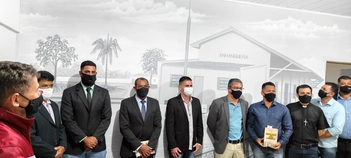 Marcelo, o escritor Edmar Cesar e autoridades entregando oPainel da Estação Ferroviária de Anhanguera que ornamenta a Sala de Reuniões Lourival Vieira dos Santos.
