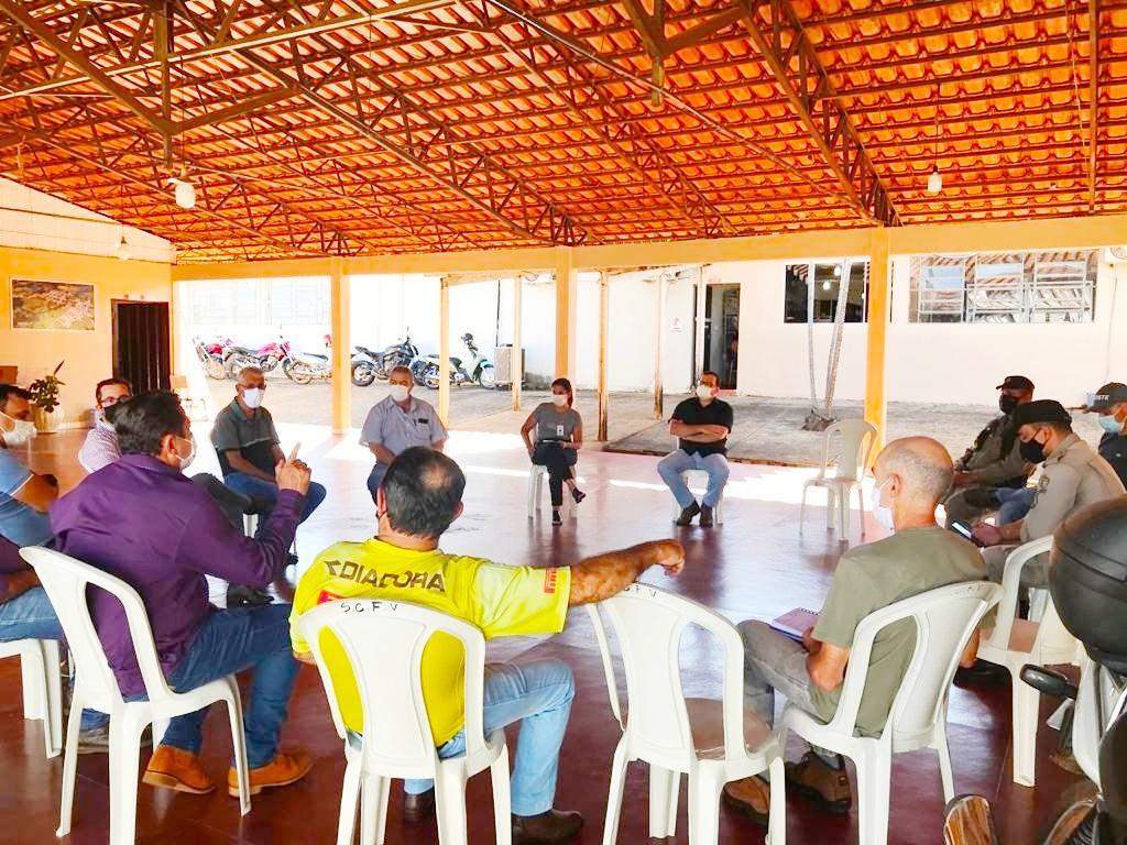 O prefeito Júnior Marreco explanando sua preocupacao na reunião de enfrentamento