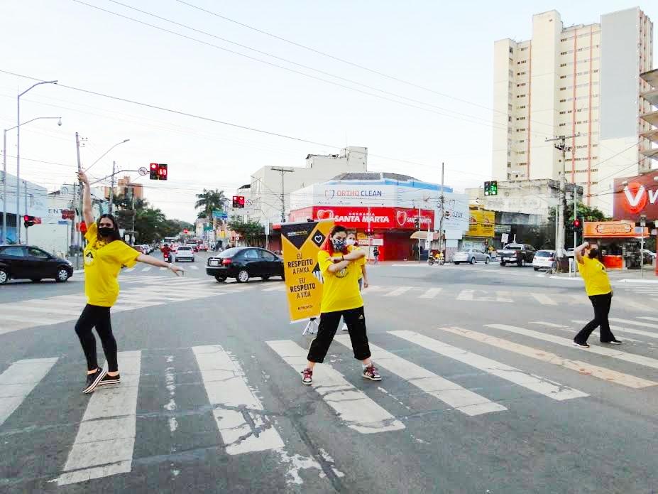 """Ação consiste na apresentação de cenas cênicas curtas realizadas enquanto os carros aguardam os semáforos fechados. """"A proposta é chamar a atenção e potencializar a comunicação da campanha Maio Amarel"""
