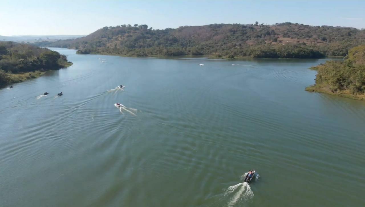 Dezenas de voluntários participaram da Limpeza do Rio Veríssimo Juntos Por Essa Causa, neste sábado (12/6).