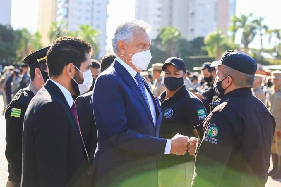 """Caiado e o vice Lincoln Tejota durante homenagem aos agentes de segurança que atuaram na captura de Lázaro Barbosa: """"O mérito é das nossas polícias, a vocês meus aplausos e meu reconhecimento"""""""