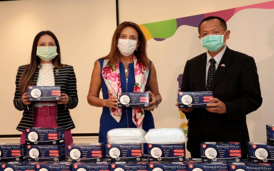 Acompanhado de Gracinha Caiado, o embaixador de Taiwan no Brasil, Chang Tsung-Che, doa 150 mil máscaras faciais ao Governo de Goiás durante visita à sede da OVG
