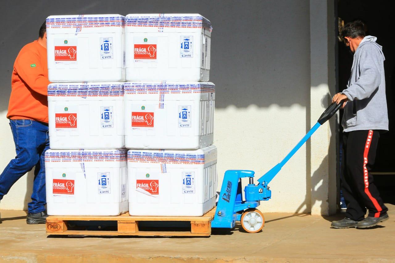Mais 231.660 doses de vacinas contra a Covid-19 chegaram a Goiás nesta quarta-feira (28): 159.120 imunizantes da AstraZeneca serão usados para aplicação do reforço e 72.540 unidades do laboratório Pfi