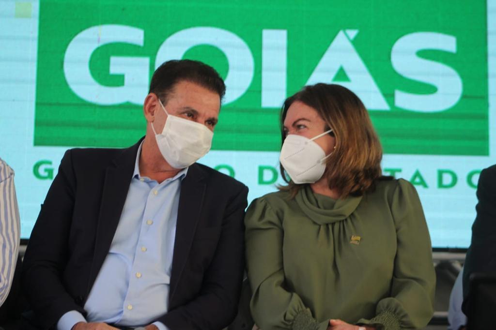 O senador Vanderlan Cardoso e a secretária de Estado de Educação, Fátima Gavioli, em Águas Lindas de Goiás