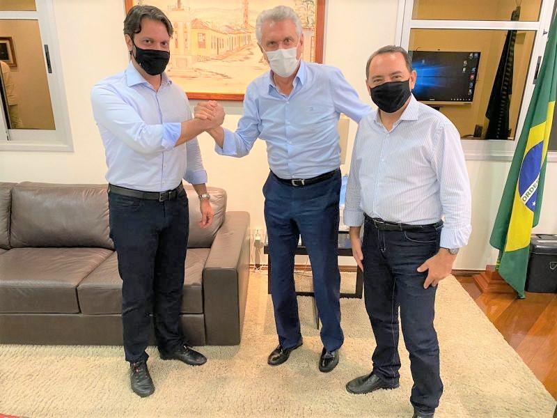 O governador Ronaldo Caiado (DEM) entre o presidente do PP Alexandre Baldy e o deputado federal Adriano Avelar, fortalecendo a nova politica de Goiás (Reprodução / O Popular)