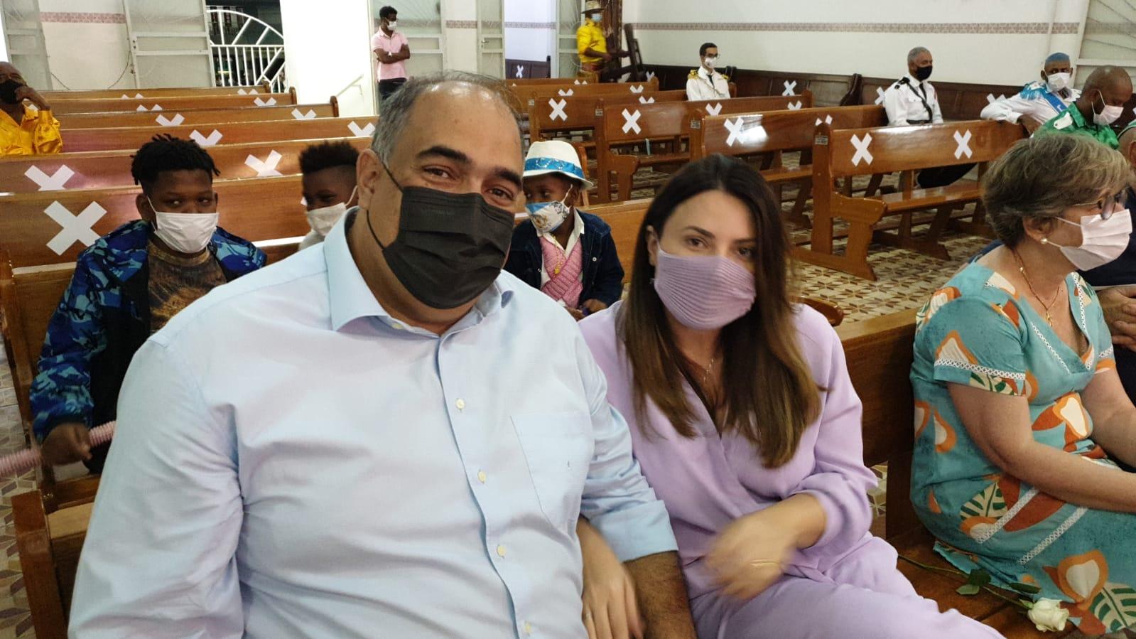 Luiz Sampaio e a esposa Sâmara na missa de Nossa Senhora do Rosário